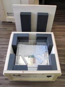 caisse de transport en bois d'une maquette d'architecture